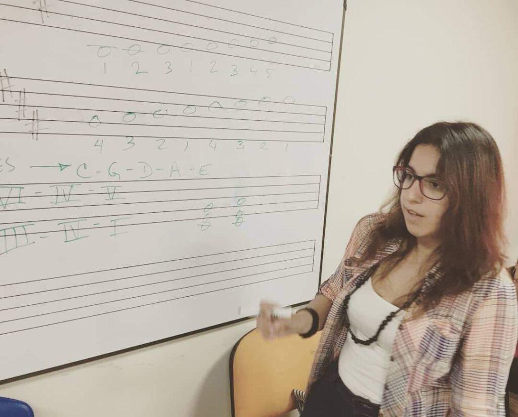 Cárdenas mientras enseñaba melodías en la Universidad de La Guajira.